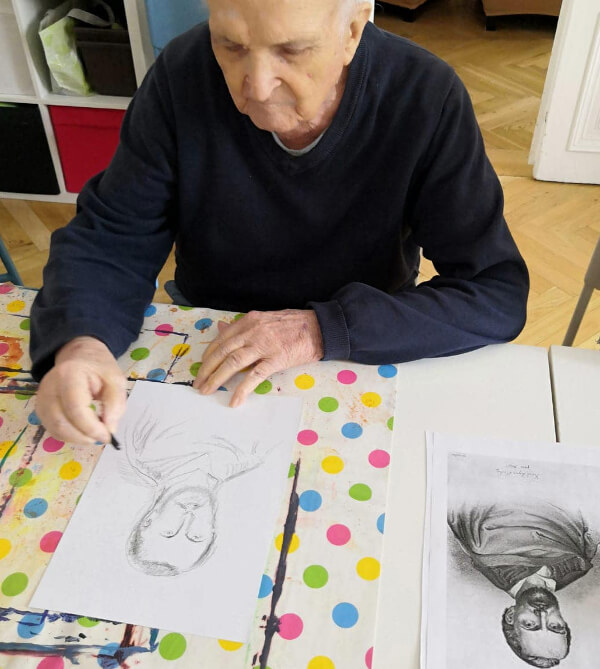 Klient Centra Seňorina kreslí K.H. máchu