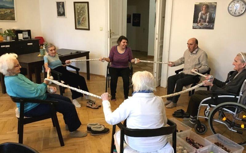 Kondiční cvičení v Centrum Seňorina, odlehčovací službě se zaměřením na seniory s demencí
