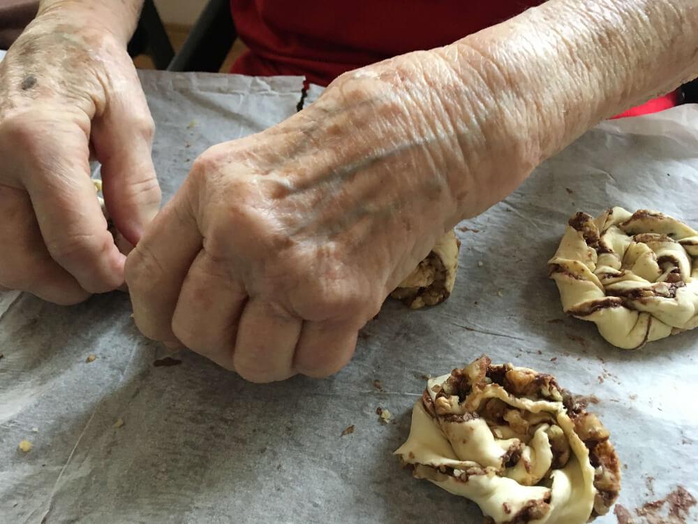 Ergoterapie, pečení v Centru Seňorina