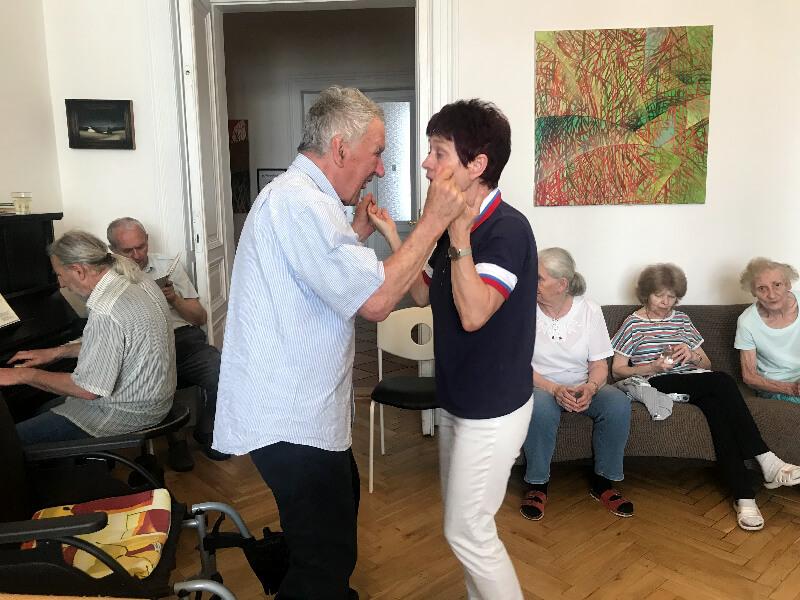 Sylva Dneboská tančí s manželem během středeční Kavárny v Centru Seňorina